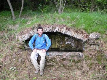 ...e dell'antico trogolo lungo il sentiero